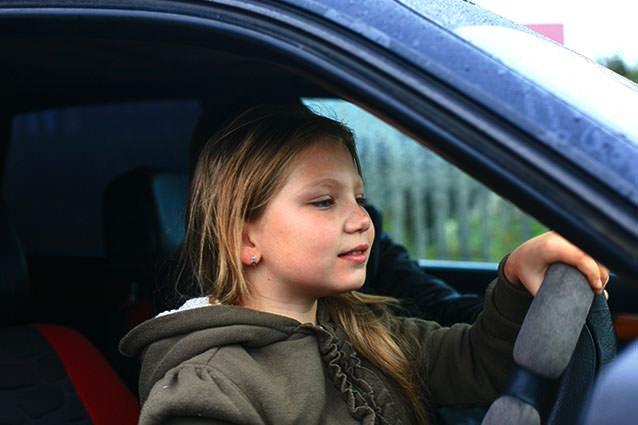 маленькая девочка за рулем учится водить