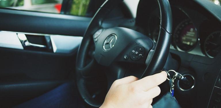 Передача управления автомобилем лицу не имеющему прав
