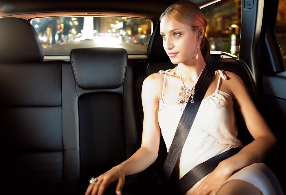 девушку на заднем сиденье машины люди представленных фото