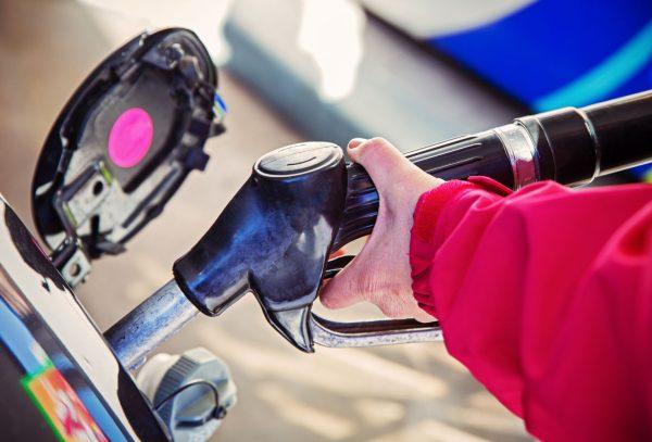Причины появления запаха бензина в салоне: от легко устраняемых до пожароопасных