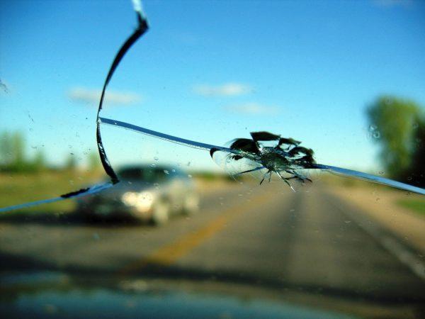 Трещина на лобовом: в каких случаях авто не поставят на учет