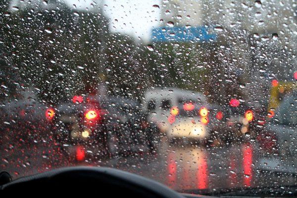 Что делать, если часто потеют окна в машине: обзор средств