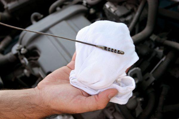 Щуп и лист бумаги помогут проверить моторное масло на износ