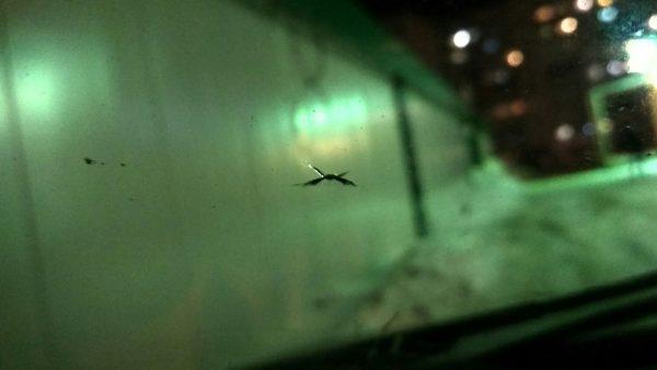 Что делать, чтобы трещина от скола на лобовом стекле не пошла дальше