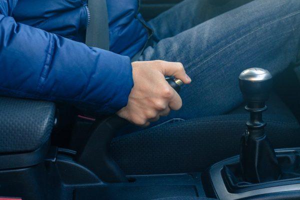 Почему нельзя ставить машину на ручник зимой и актуально ли правило сейчас
