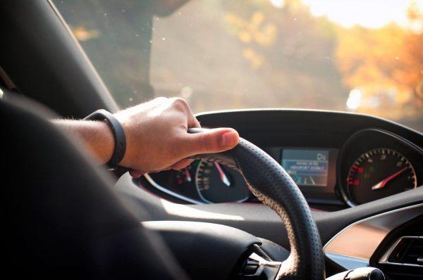 Каждому водителю нужно периодически гонять на автомобиле: объясняем почему