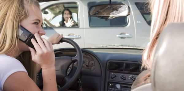 Штраф ГИБДД за езду с телефоном пересмотрят: наказывать хотят не только за разговоры