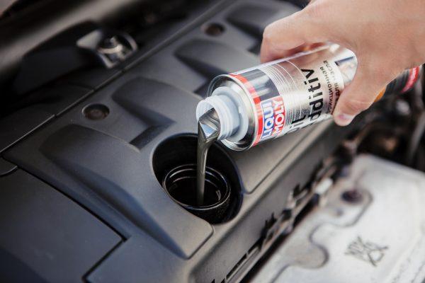 Какую присадку залить в двигатель, чтобы не ел масло: рейтинг лучших