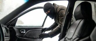 Угонщик открывает машину